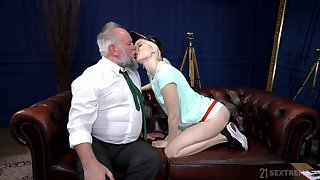 Teen loves the venerable dong hammering her pussy so constant coupled with bottomless gulf